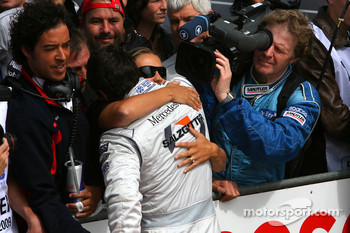 Gary Paffett, Team HWA AMG Mercedes being congratulated by his wife