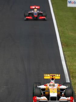Fernando Alonso, Renault F1 Team in front of Lewis Hamilton, McLaren Mercedes