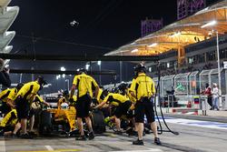 Kevin Magnussen, Renault Sport F1 Team RS16, probt einen Boxenstopp