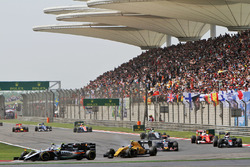 Sergio Perez, Sahara Force India F1 VJM09 and Valtteri Bottas, Williams FW38 battle for position
