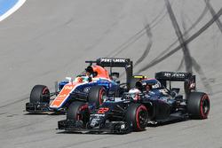 Jenson Button, McLaren MP4-31 e Rio Haryanto, Manor Racing MRT05 lottano per la posizione