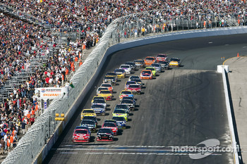 Restart: Juan Pablo Montoya, Earnhardt Ganassi Racing Chevrolet and Denny Hamlin, Joe Gibbs Racing Toyota lead the field