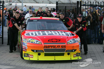 Jeff Gordon's car arrives in Victory Lane