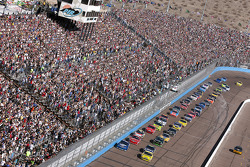Start: Martin Truex Jr., Earnhardt Ganassi Racing Chevrolet and Kurt Busch, Penske Racing Dodge lead the field