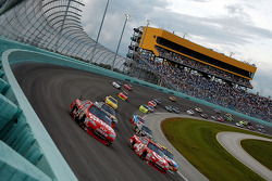 Tony Stewart, Stewart-Haas Racing Chevrolet and Juan Pablo Montoya, Earnhardt Ganassi Racing Chevrolet