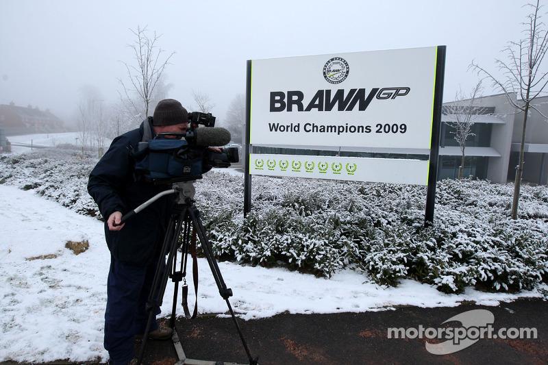 Die Presse wartet auf die Vertragsunterzeichnung von Michael Schumacher