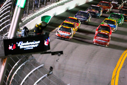 Restart: Greg Biffle, Roush Fenway Racing Ford and Kasey Kahne, Richard Petty Motorsports Ford lead the field