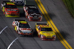 Kevin Harvick, Richard Childress Racing Chevrolet and Greg Biffle, Roush Fenway Racing Ford battle for the lead