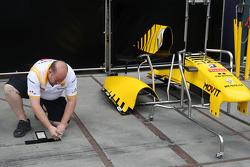 Teams prepare the pitlane
