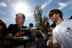 Nick Heidfeld, Sauber, signs autographs