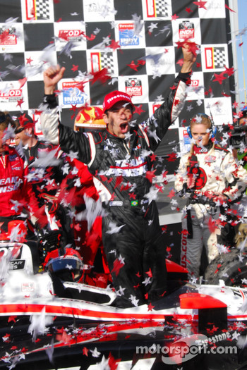 Race winner Helio Castroneves, Team Penske in victory lane
