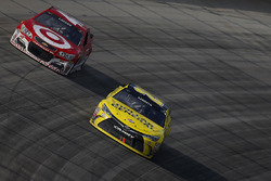 Matt Kenseth, Joe Gibbs Racing Toyota, und Kyle Larson, Chip Ganassi Racing Chevrolet