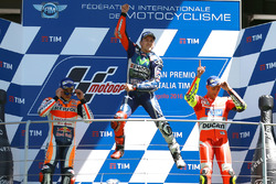Подіум: переможець гонки Хорхе Лоренсо, Yamaha Factory Racing, друге місце Марк Маркес, Repsol Honda Team, третє місце Андреа Янноне, Ducati Team