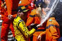 GP2 Фото - Третье место - Оливер Роуленд, MP Motorsport празднует с шампанским