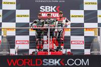 WSBK Foto - Podio: il vincitore Tom Sykes, Kawasaki Racing Team, il secondo Jonathan Rea, Kawasaki Racing Team, e il terzo Chaz Davies, Aruba.it Racing - Ducati Team