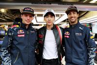 Formula 1 Foto - Max Verstappen, Red Bull Racing, Daniel Ricciardo, Red Bull Racing and Chinese actor, Li Yifeng