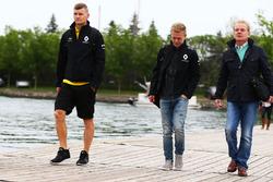 Kevin Magnussen, Renault Sport F1 Team, with Jonathan Palmer
