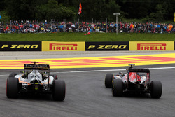 Carlos Sainz Jr., Scuderia Toro Rosso STR11 and Sergio Perez, Sahara Force India F1 VJM09 battle for position