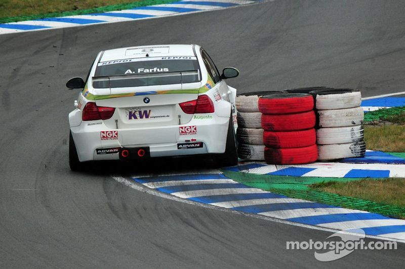 Augusto Farfus hits a tyre barriere, WTCC Oschersleben 2009