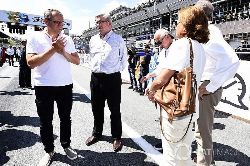 """Em visita à MotoGP, Brawn diz: """"temos que melhorar a F1"""""""