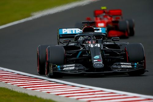 A Mercedes messze nem mehet maximumon, így is sokkal gyorsabb, mint a többiek