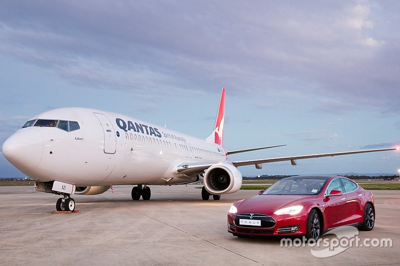 Video: Tesla Model S sprint tegen Boeing 737 op dragstrip