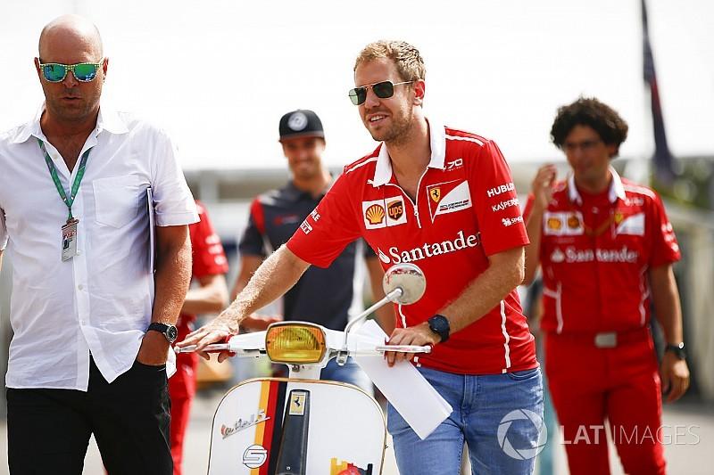 Vettel egy Ferrarival gurult be a paddockba