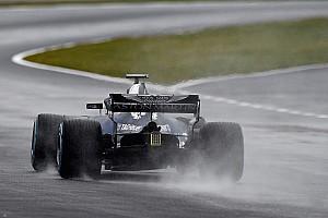 360 fokos videón a Red Bull RB14 első méterei az esős Silverstone-ban