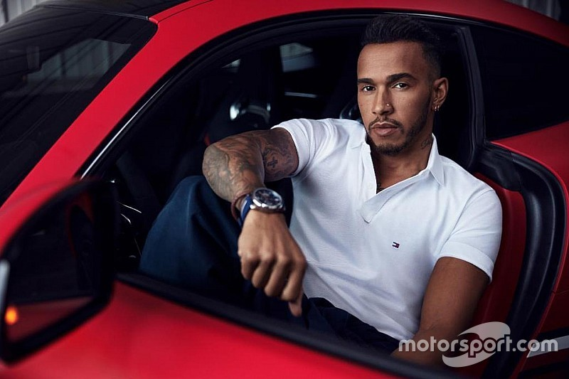 Hamilton csak 2 évre hosszabbít a Mercedesszel