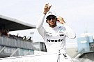 Lewis Hamilton presume su gira en China