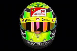 Mick Schumacher bemutatta a 2019-es sisakját, rajta a Ferrari logójával