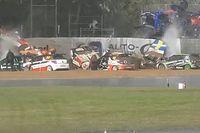 """VÍDEO: """"Engavetamento"""" insano envolve 11 de 16 carros em corrida na Dinamarca"""