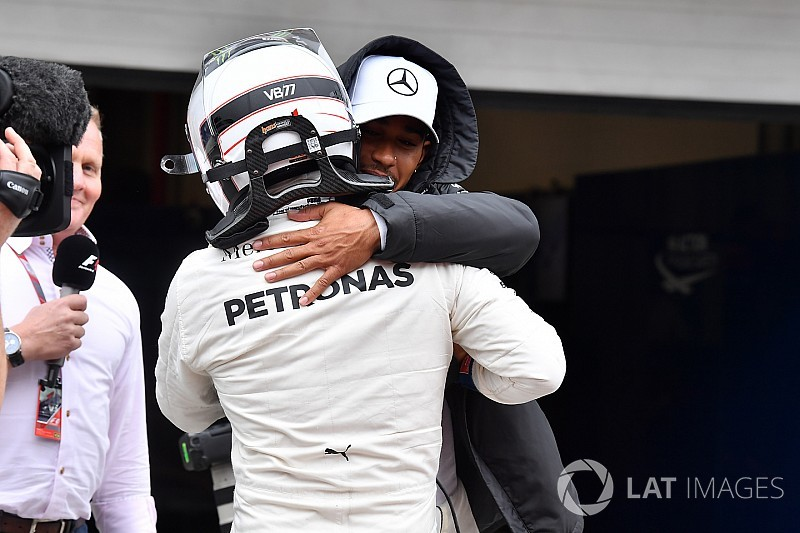 Bottas pakt pole in Brazilië na crash Hamilton, Verstappen op P4