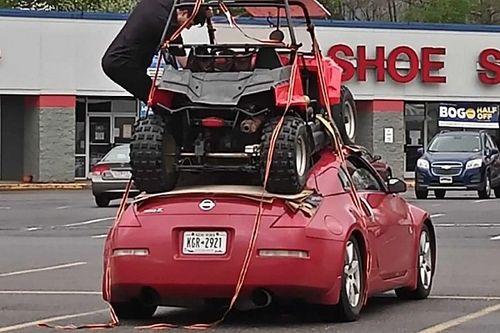 A Nissan 350Z sok dologra jó, de miniterepjárók szállítására nem