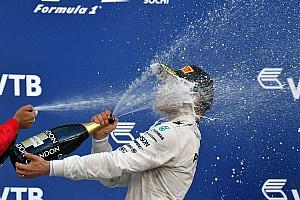 Formel 1 Feature Die Geschichte zum Bild: Valtteri Bottas genießt Champagner