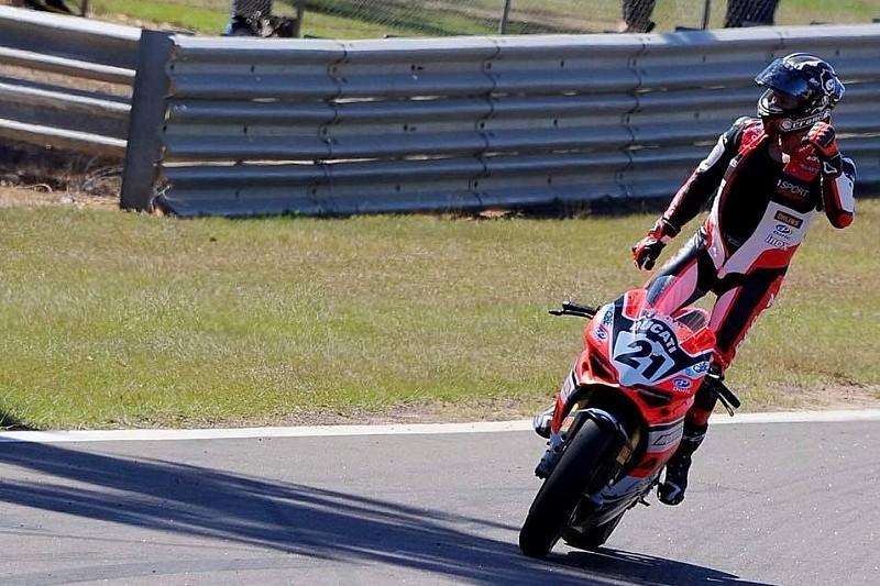 Fenomenale Troy Bayliss: trionfa a 49 anni con la Ducati nella SBK australiana a Hidden Valley!