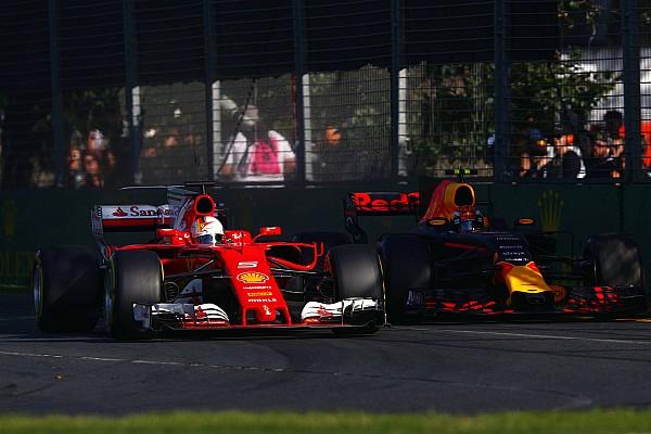 Formule 1 Nieuws Verstappen verrast over Red Bulls snelheid ten opzichte van Ferrari