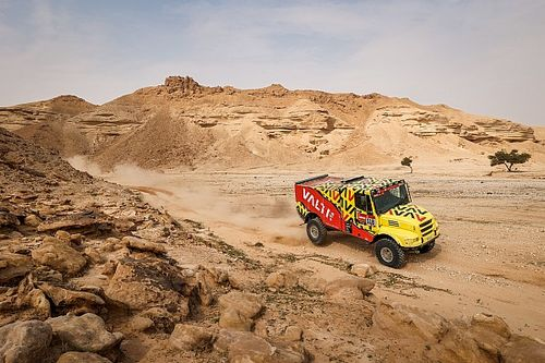 """VIDEO: El tremendo susto del """"Pato"""" Silva con un camión en el Dakar"""