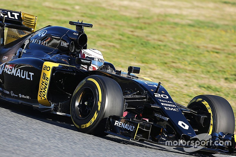 "Magnussen: Renault will start year ""just outside"" the points"