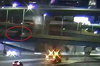 Videó: Újabb autó zuhant hatalmasat egy autópálya felhajtójáról Milwaukeeban