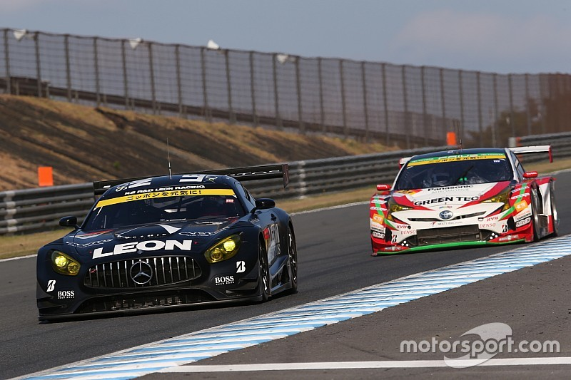 65号車LEON AMGがタイヤ無交換作戦で今季初V、逆転でタイトル獲得!