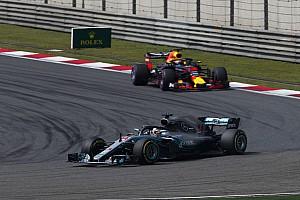 Forma-1 Motorsport.com hírek Ricciardo nézetéből, ahogy bedarálja a Mercedest Bottasszal