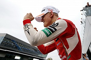 Mick Schumacher újabb felejthetetlen hétvégéje az F3-ban: ismerős a kézmozdulat?