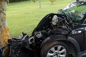 Piloto bate carro em árvore e jovem morre no interior de São Paulo