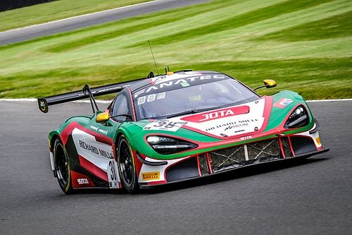 На гонке GT в Брендс-Хэтче McLaren после аварии улетел в лес