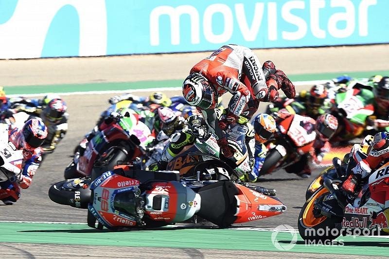Fotogallery: la caduta di Jorge Lorenzo alla prima curva del GP di Aragon