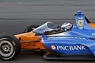 IndyCar Tesztelés közben a szélvédővel ellátott IndyCar versenygép