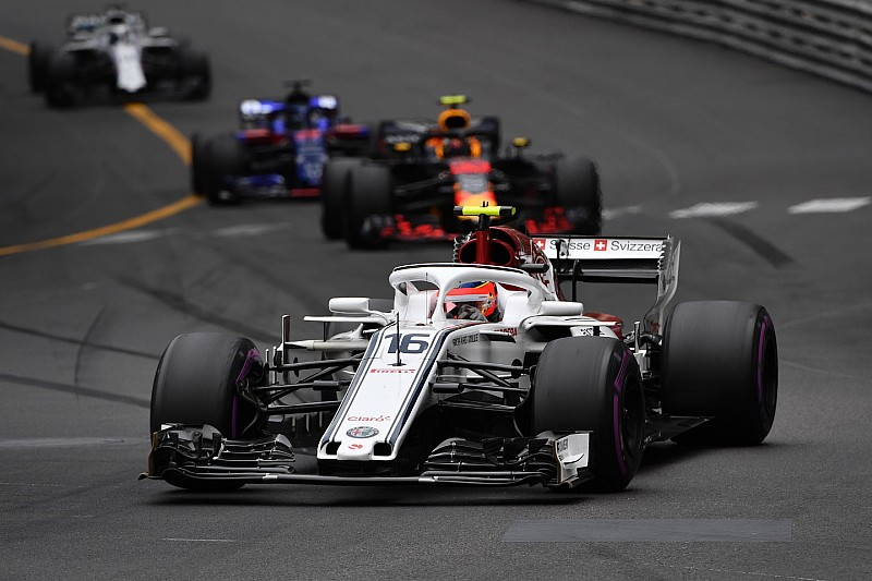 Леклер не звертатиме уваги на похвалу від чемпіонів Ф1