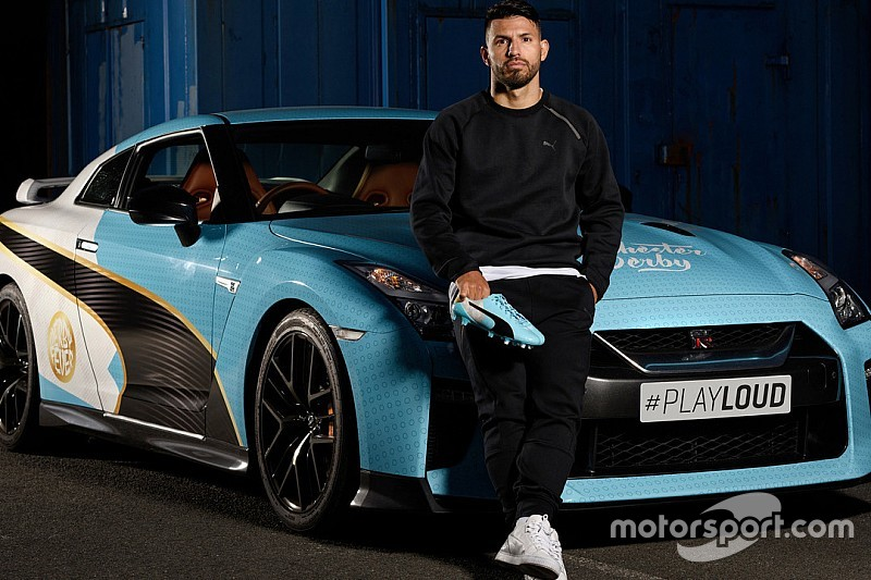 El Kun Agüero y el Nissan GTR con los colores del Manchester City