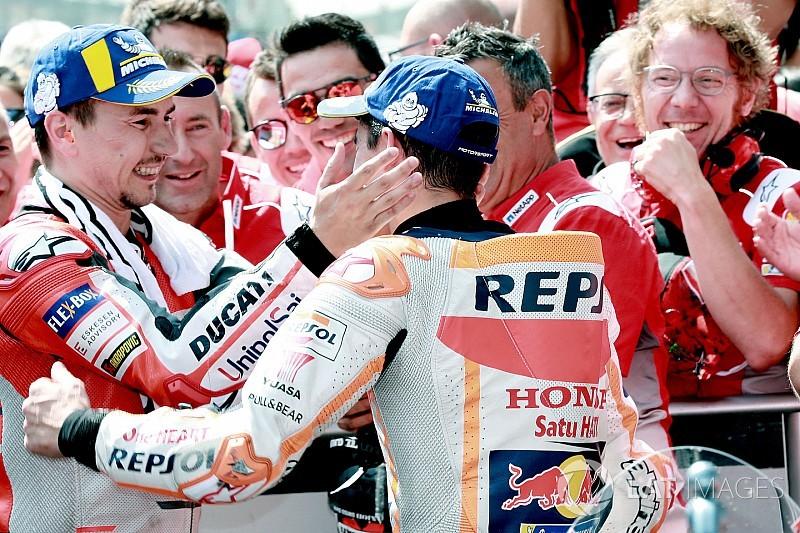 Manfaatkan sisi luar, Lorenzo kejutkan Marquez